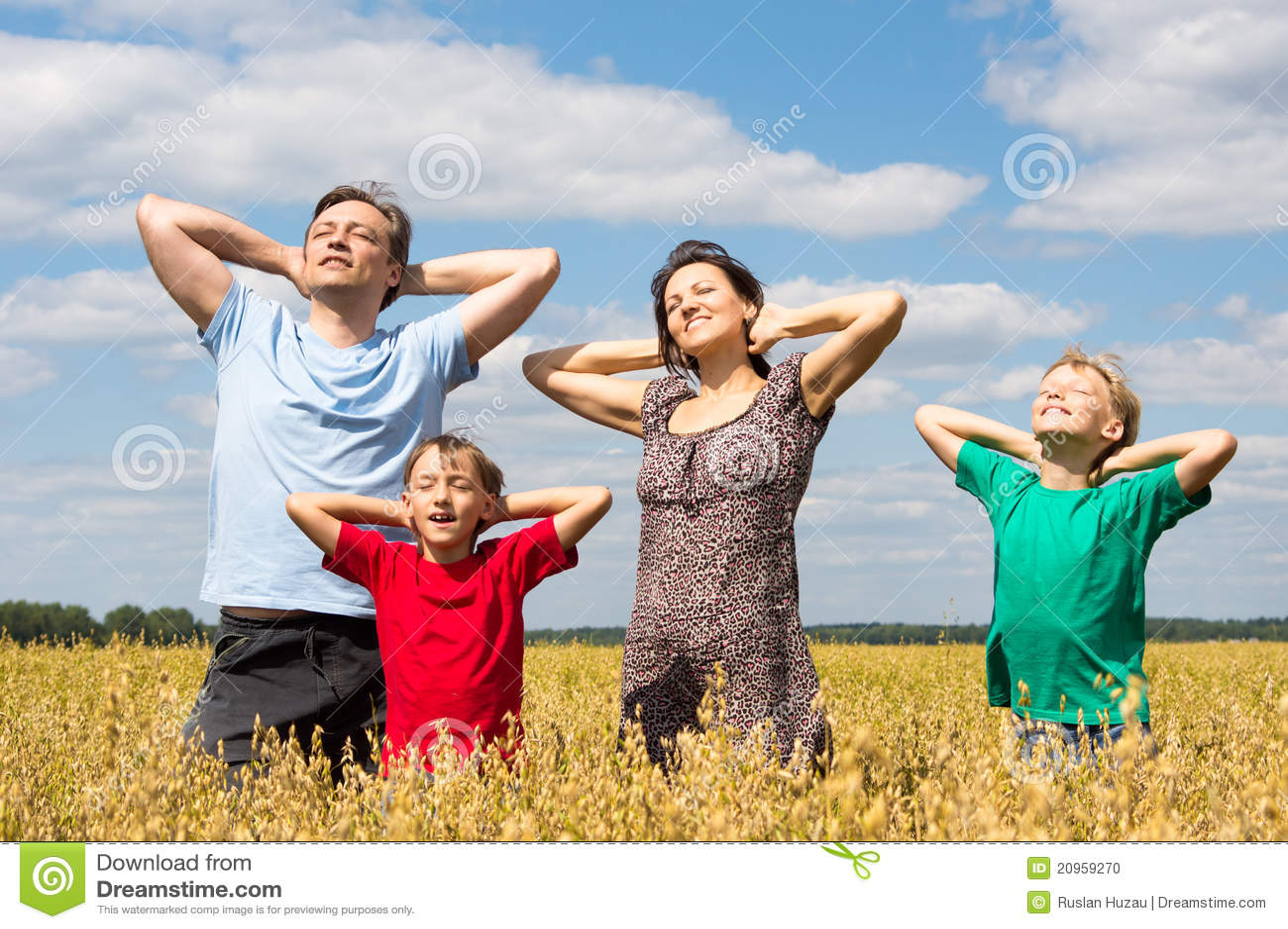 Família de uns quatro no campo