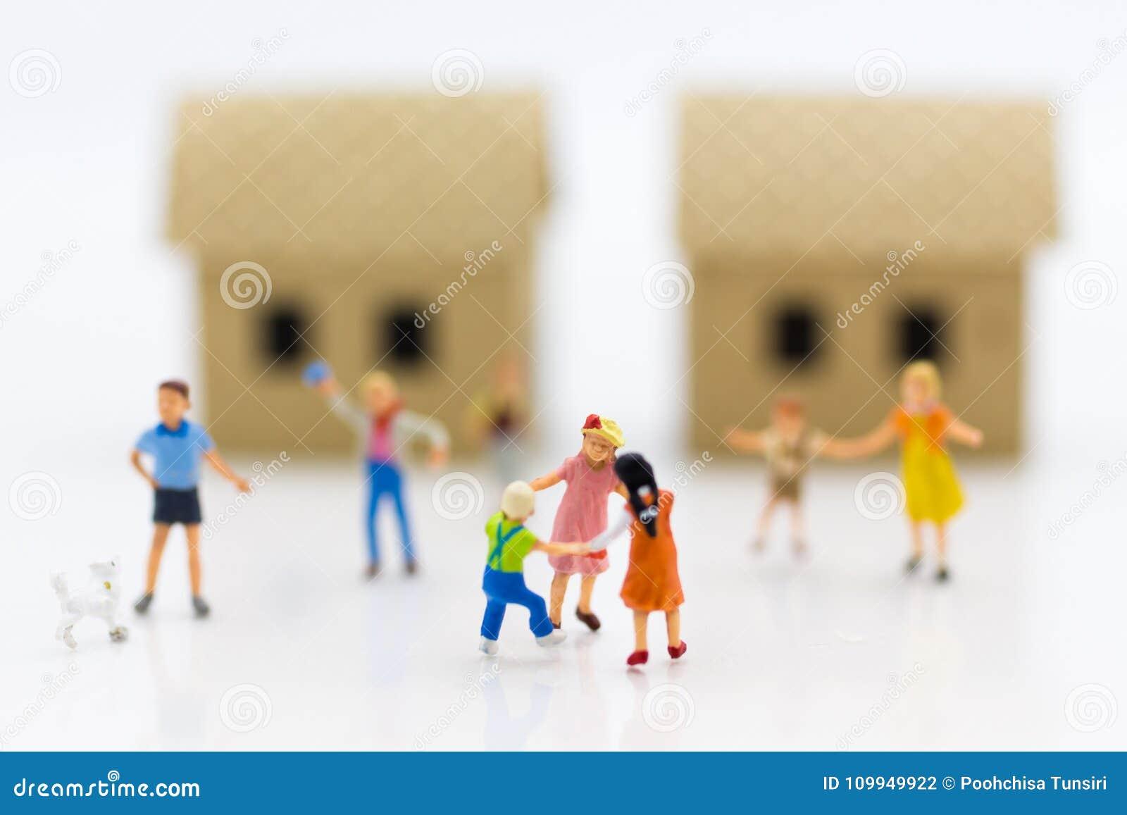 Família diminuta: Crianças que jogam junto Uso da imagem para o dia internacional do fundo do conceito de famílias