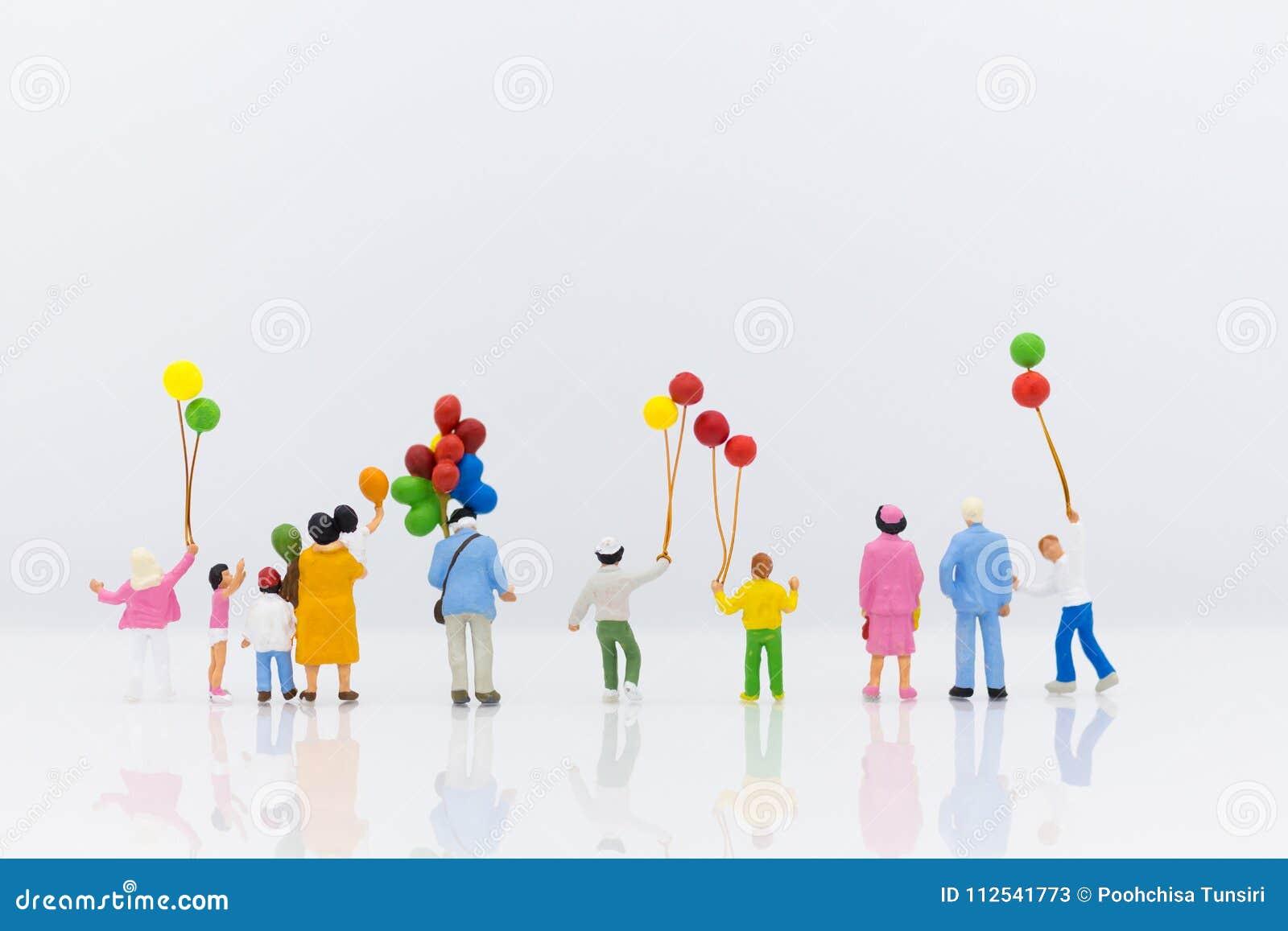 Família diminuta que usa-se como o dia internacional do fundo do conceito de famílias