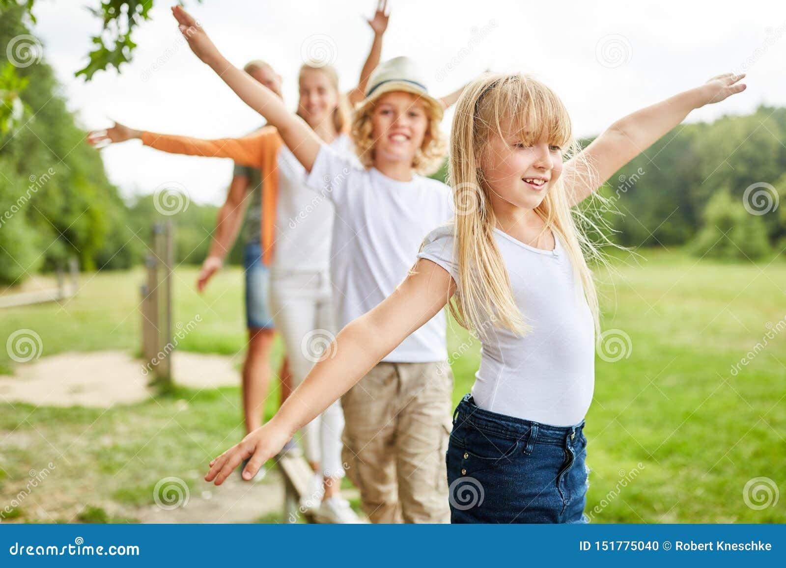 A família e as crianças exercitam junto
