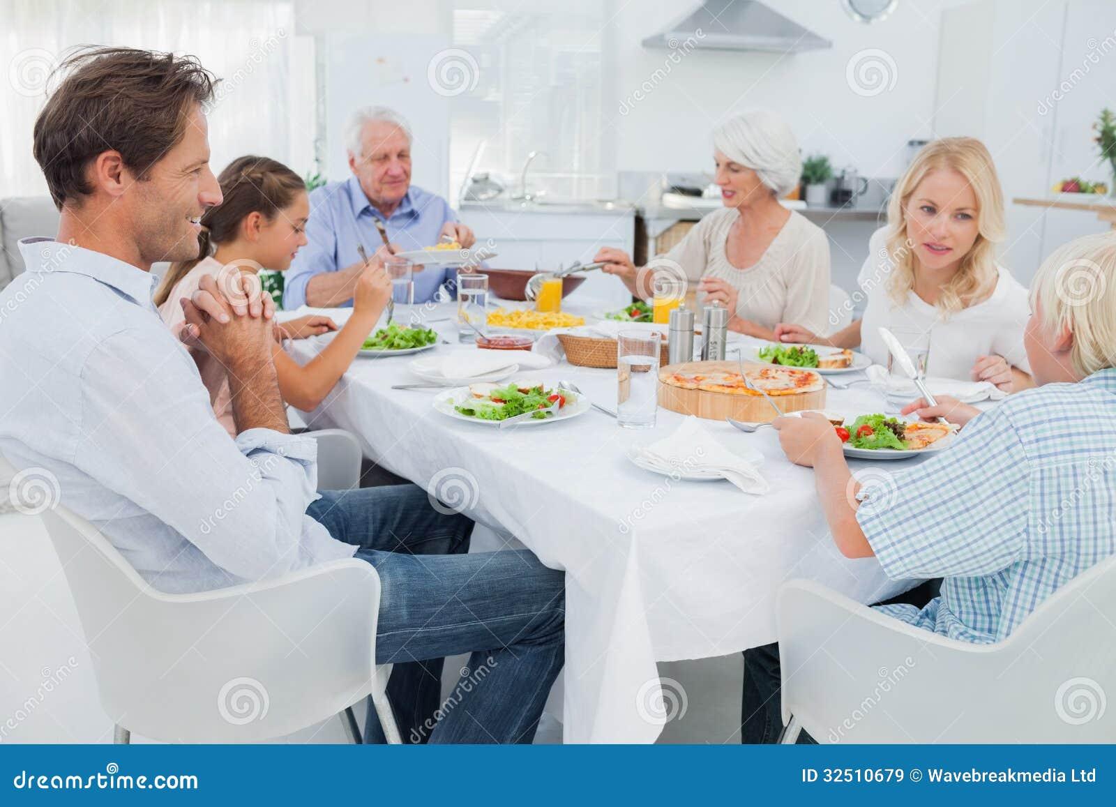Família extensa na tabela de comensal