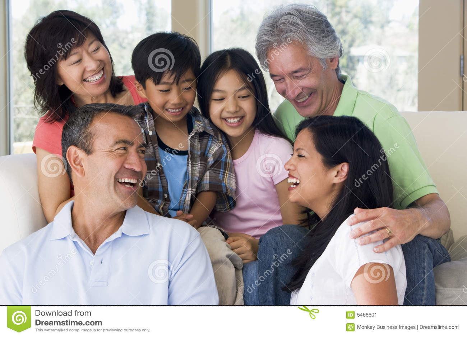 Família extensa no sorriso da sala de visitas