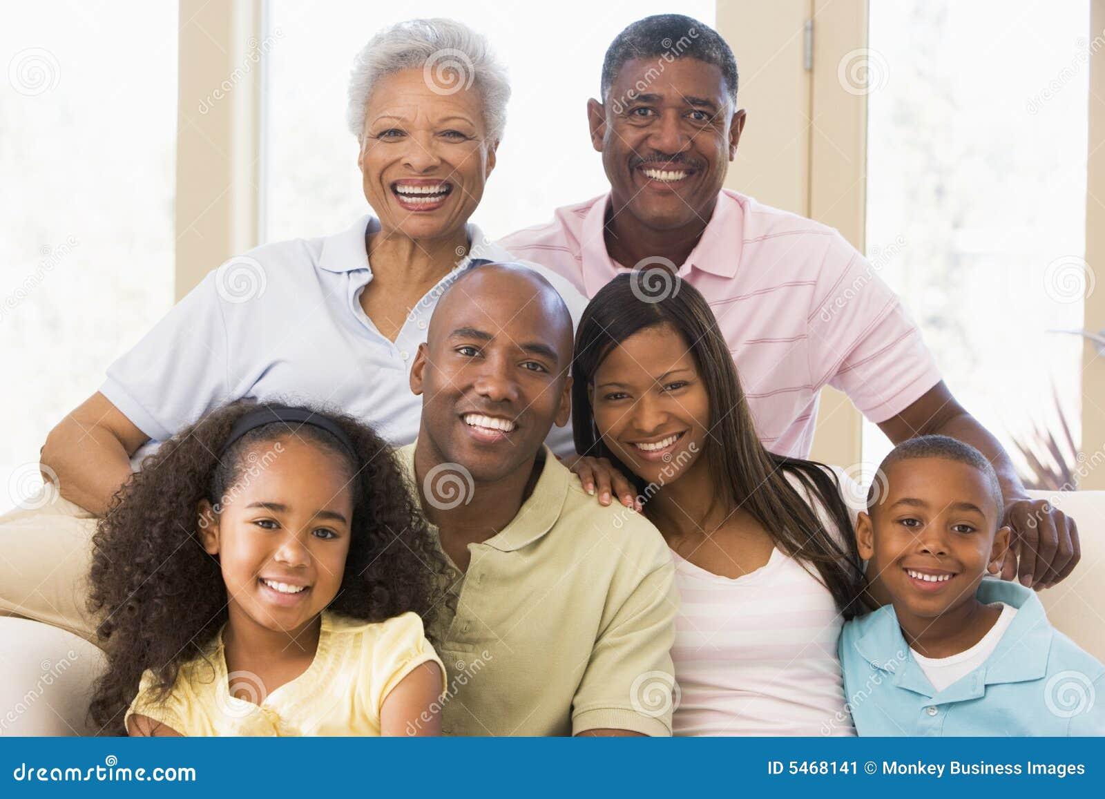 Família extensa que senta-se no sofá