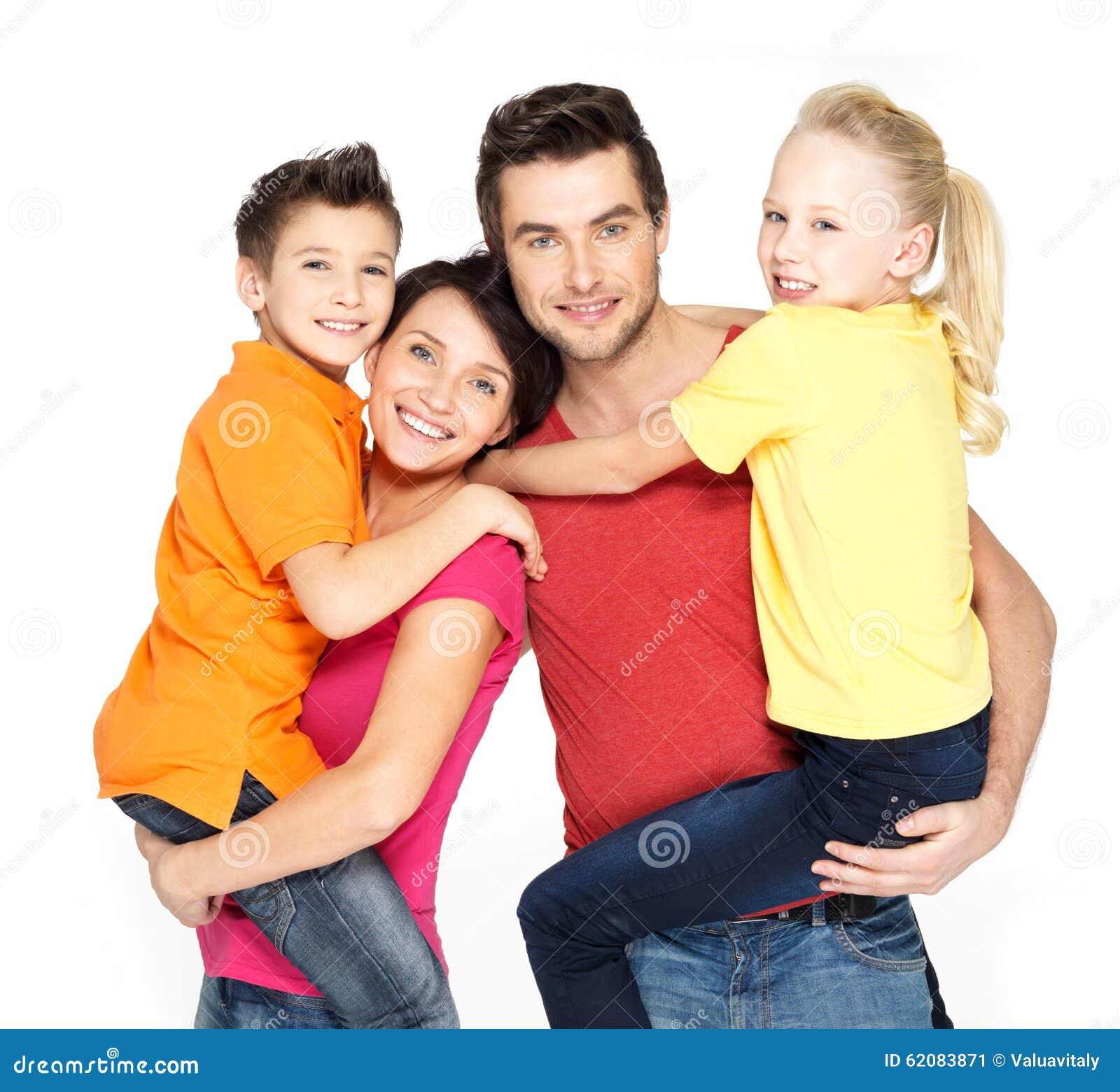 Família feliz com as duas crianças do aluno