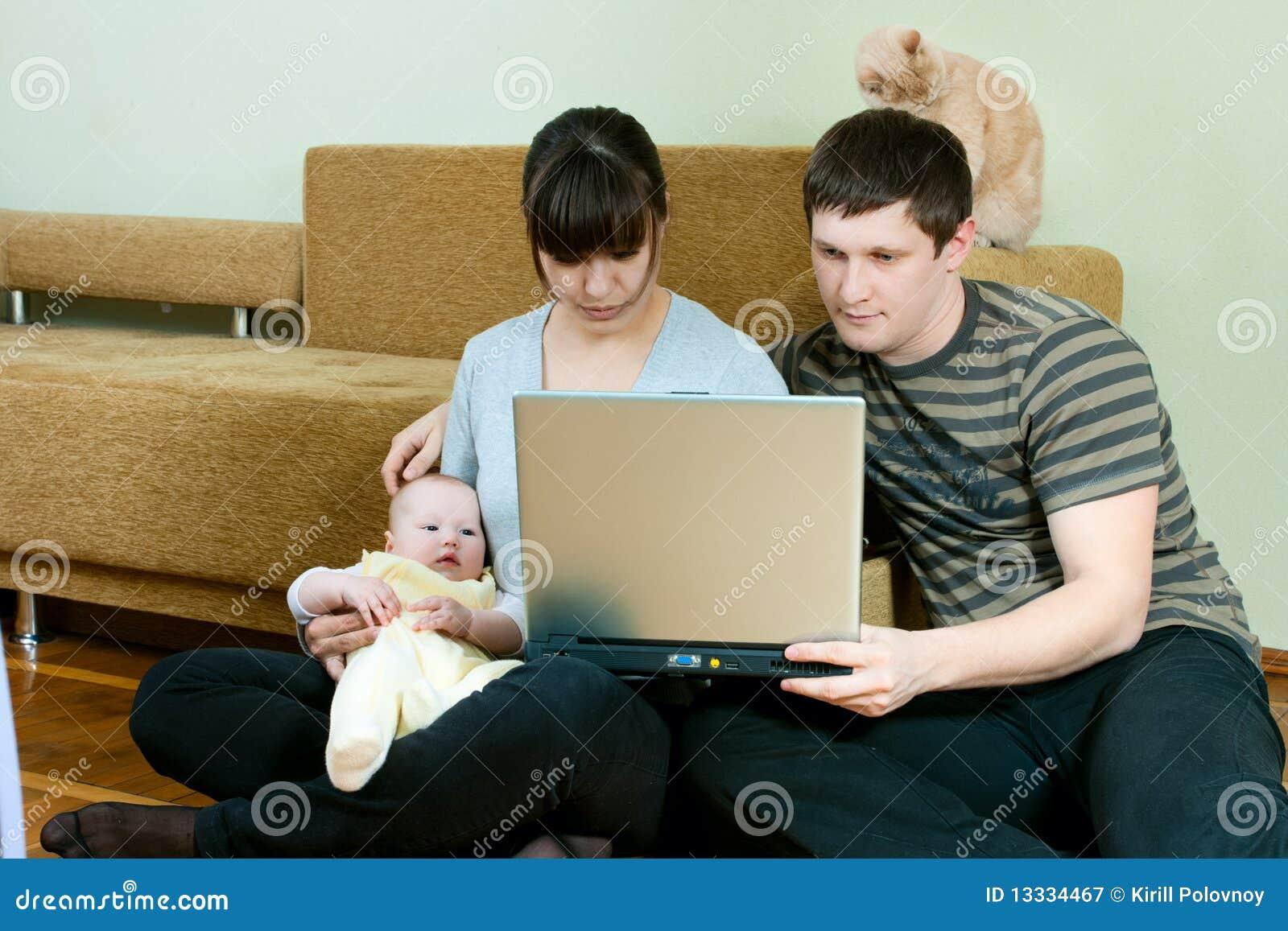 Família feliz com portátil