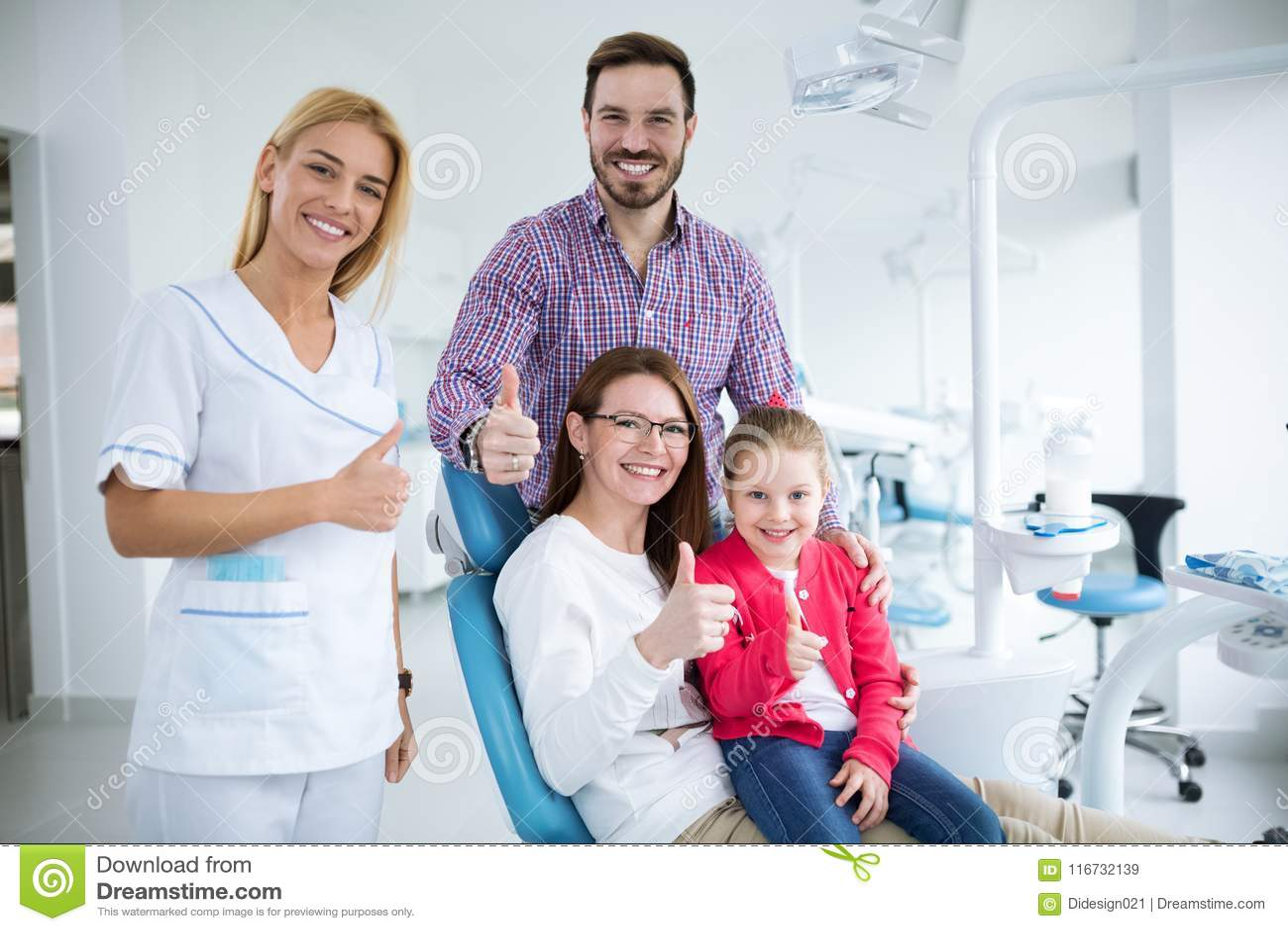 Família feliz com um dentista novo de sorriso