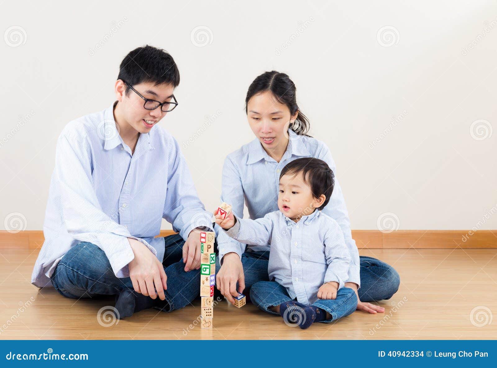Família feliz de Ásia