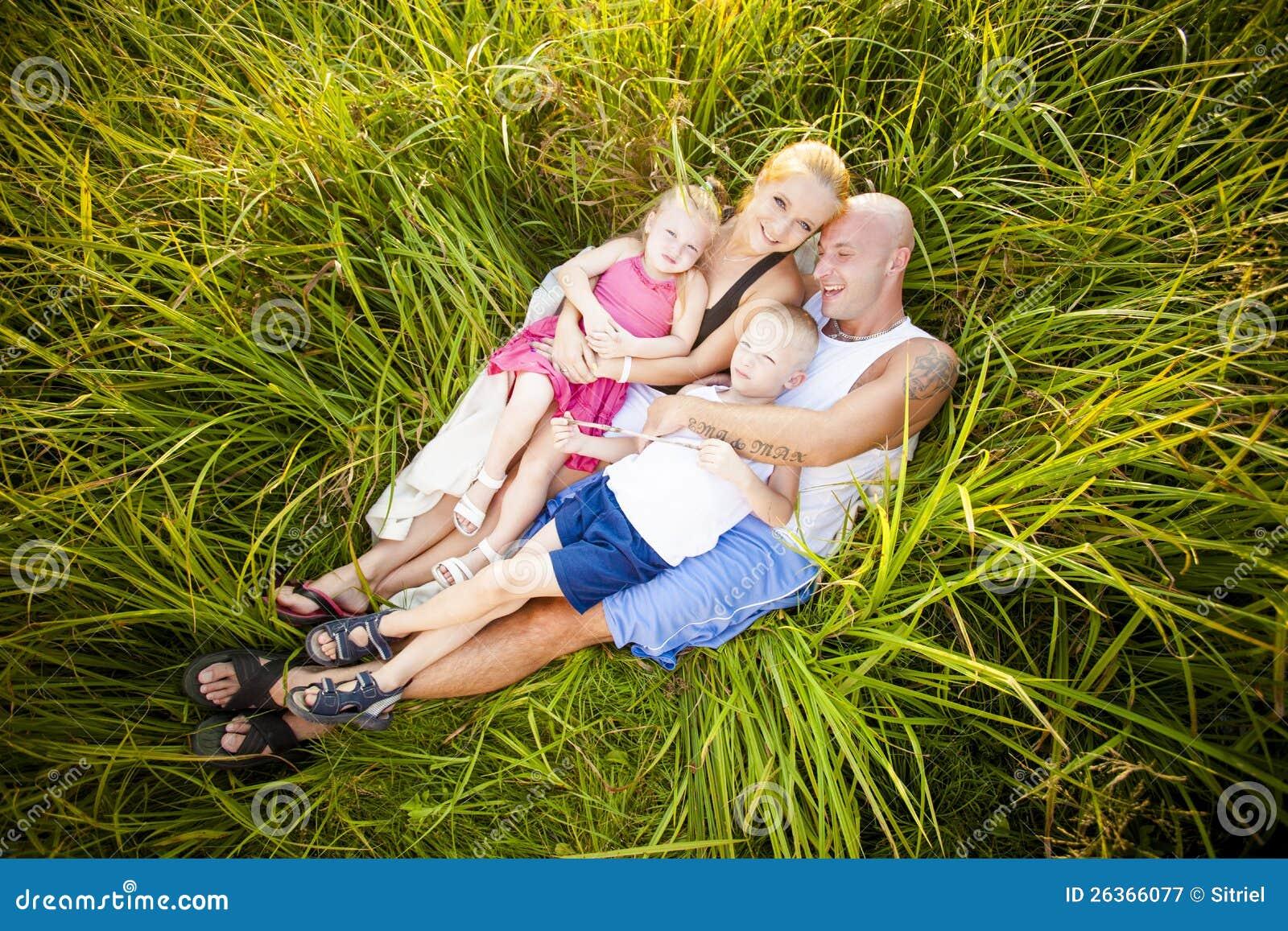 Família feliz em um prado
