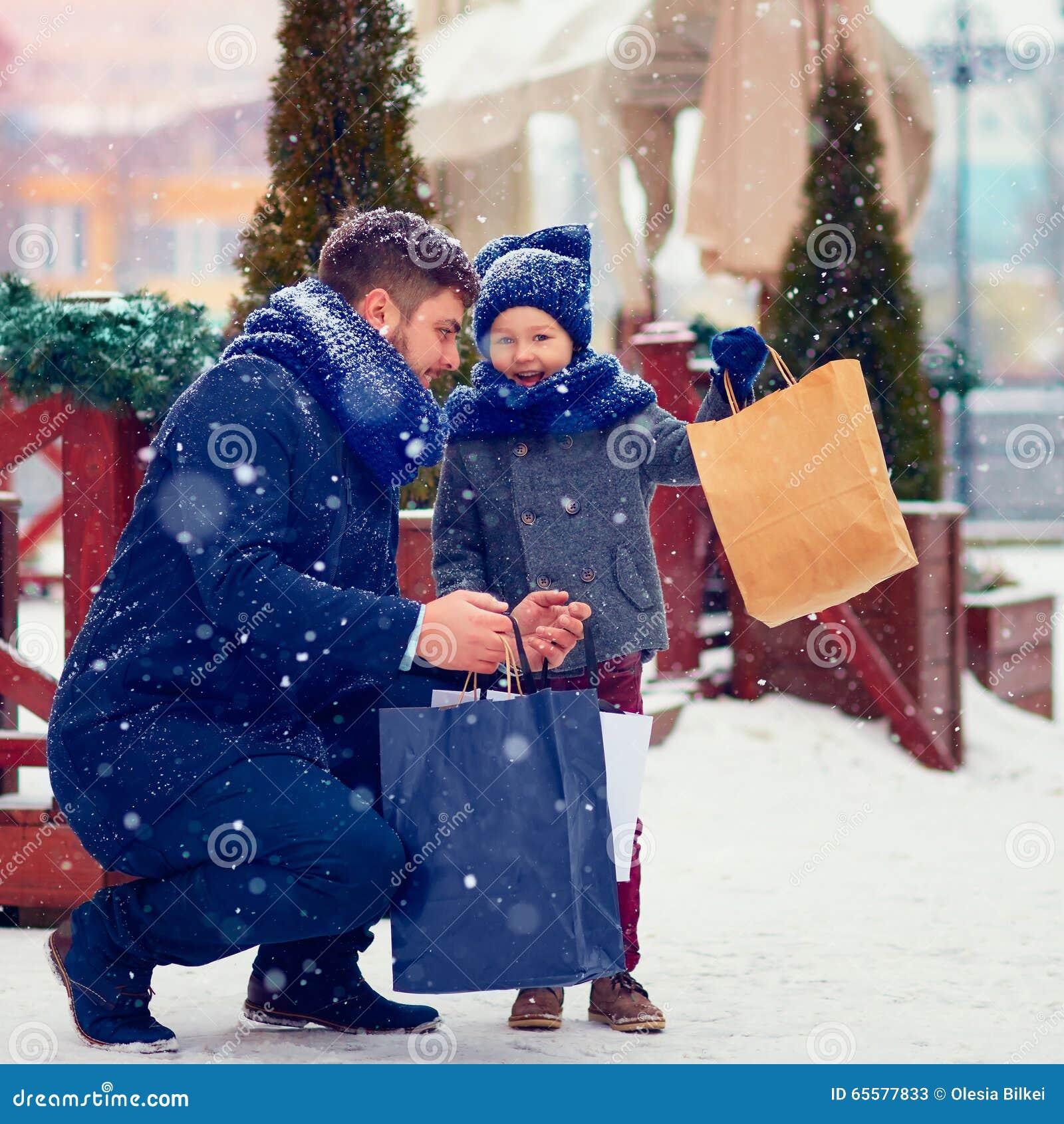 Família feliz na compra na cidade do inverno