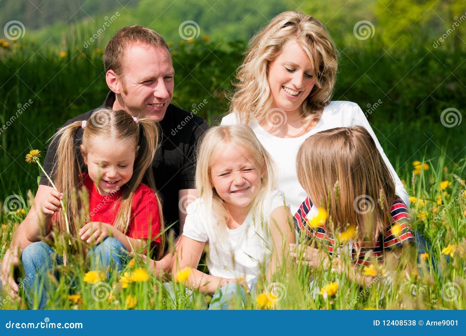 Família feliz no início do verão