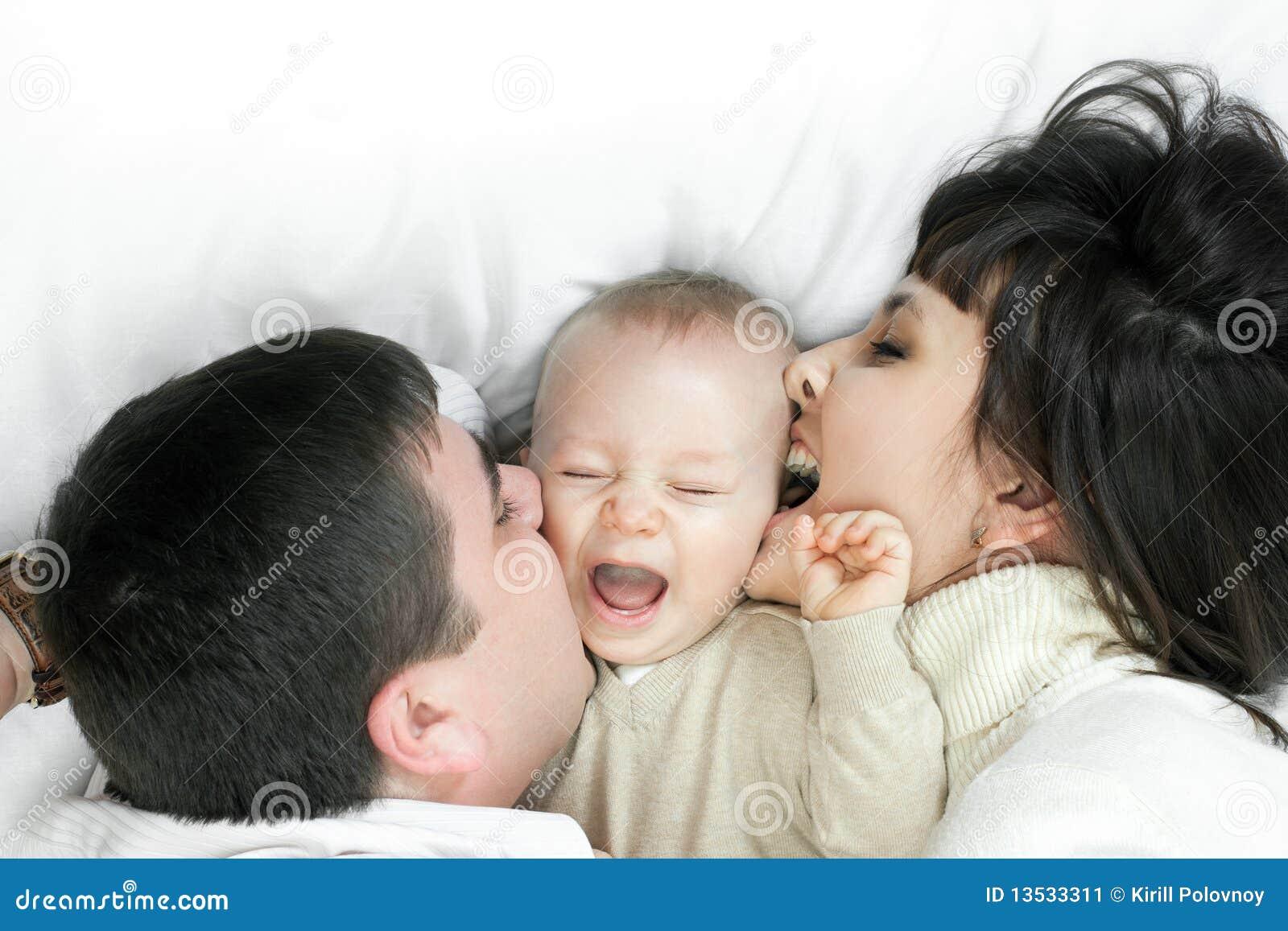 Família feliz - pai, matriz e bebê