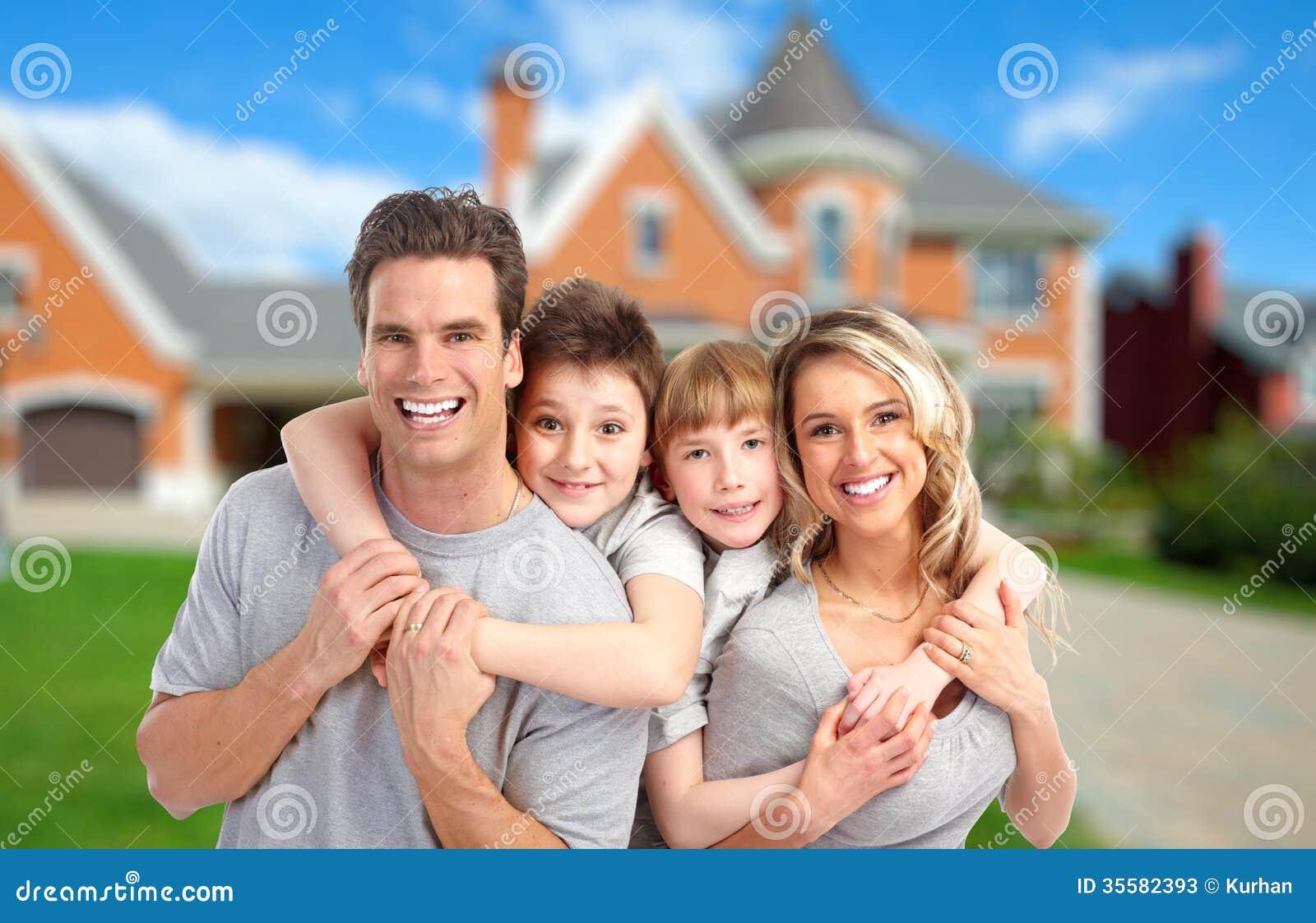 Família feliz perto da casa nova
