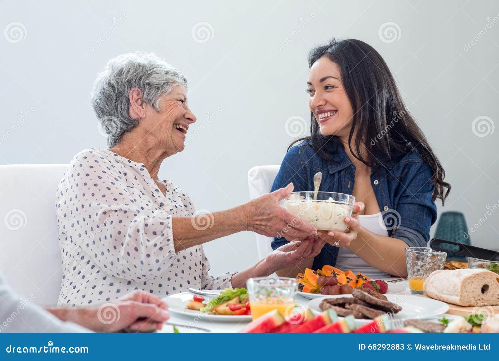 Família feliz que come o pequeno almoço