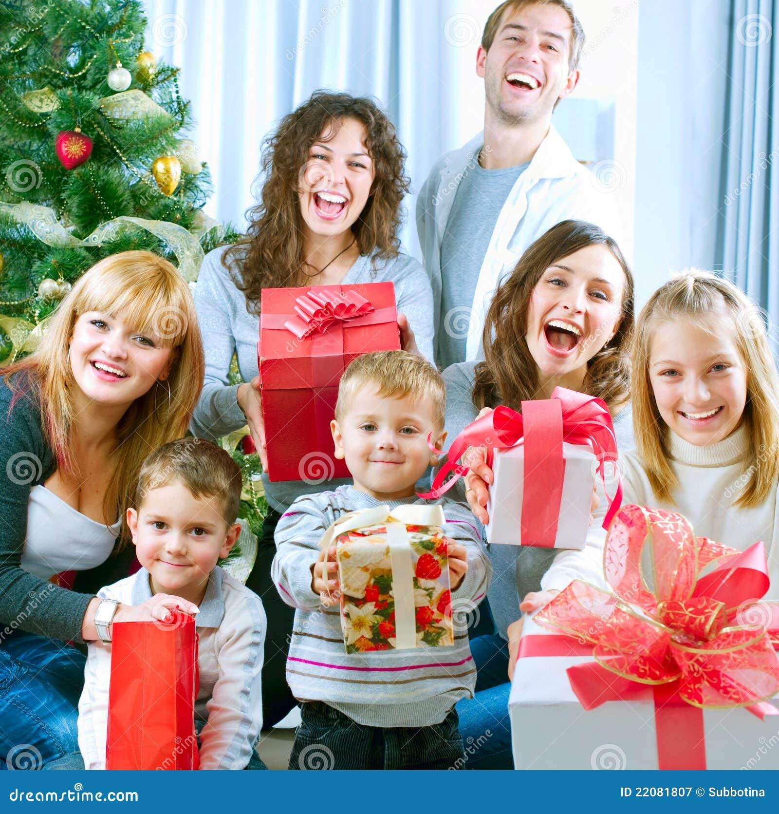 Família feliz que comemora Christmas.Gifts