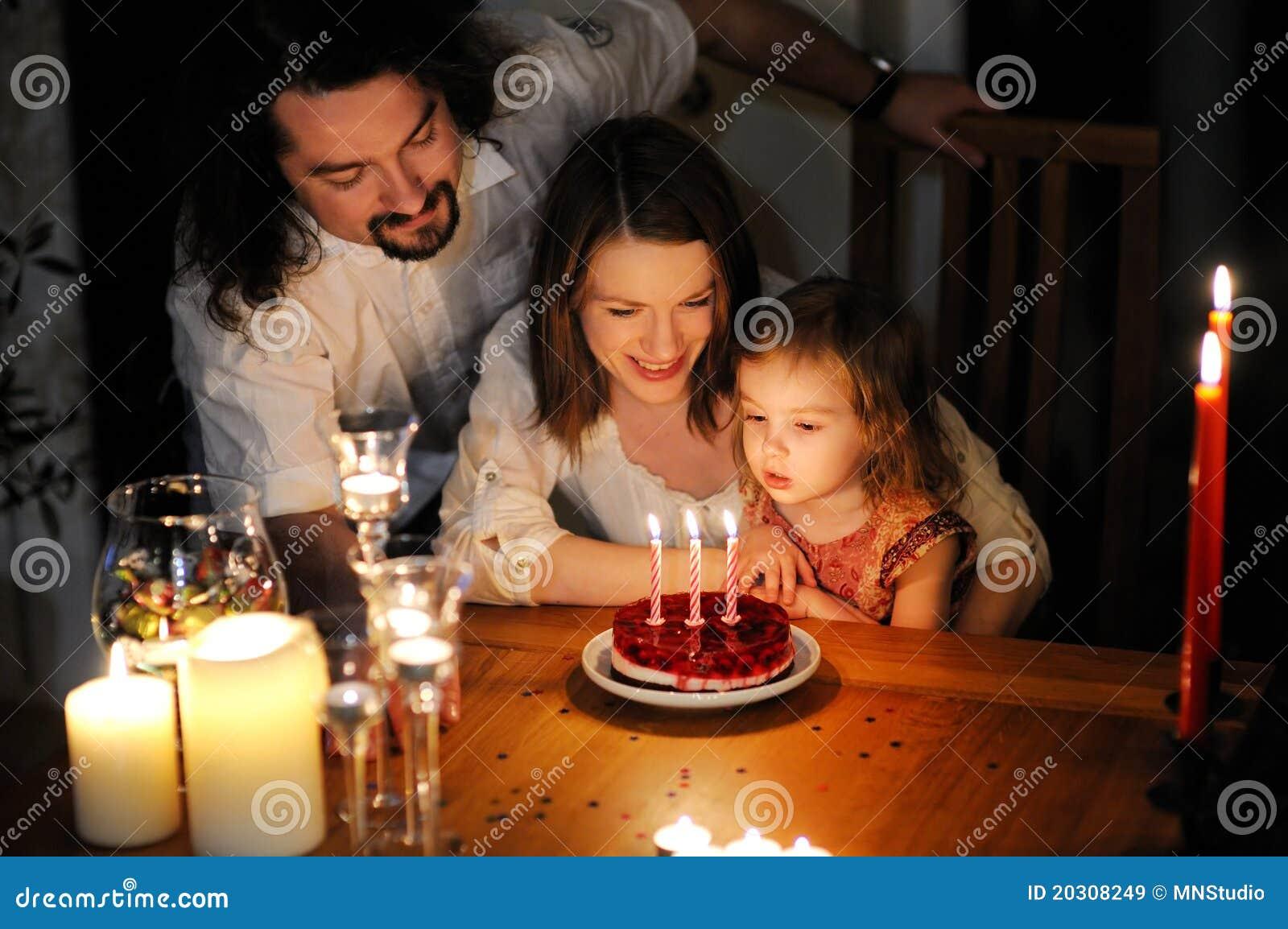 Família feliz que comemora o aniversário da filha