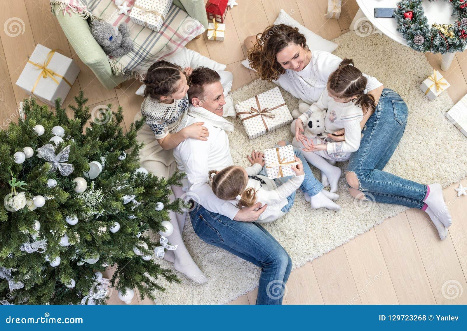 Família feliz que comemora o Natal
