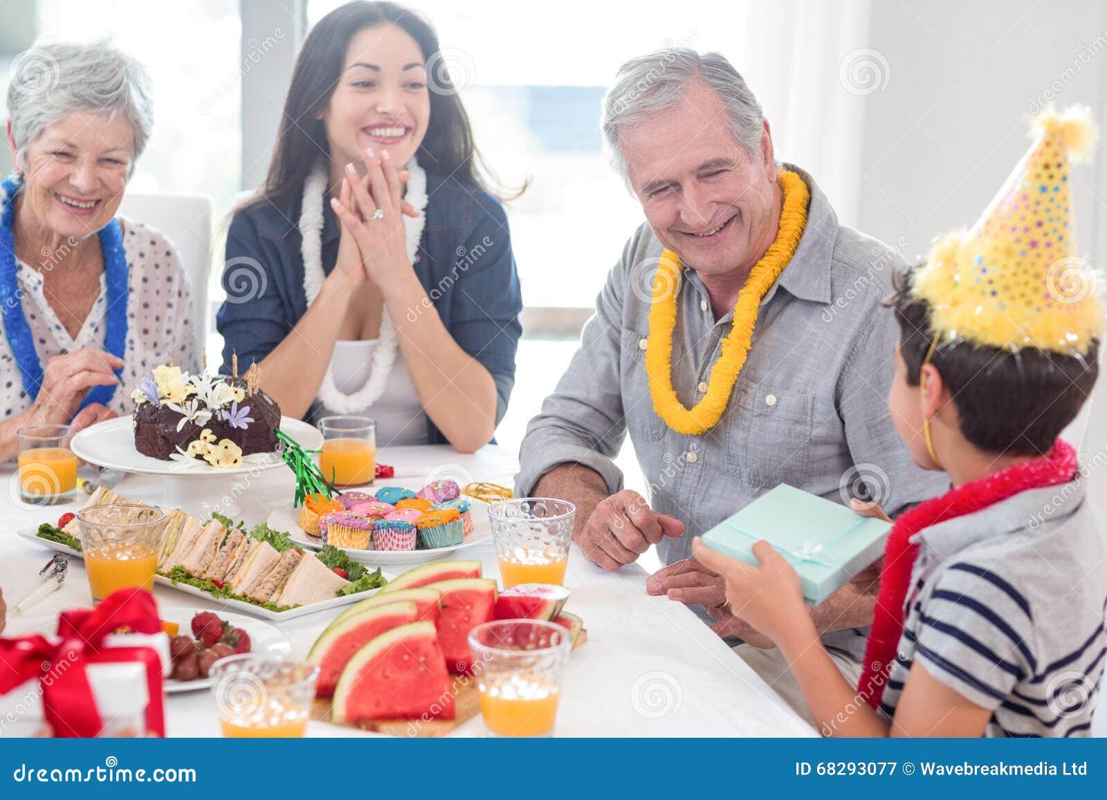 Família feliz que comemora um aniversário