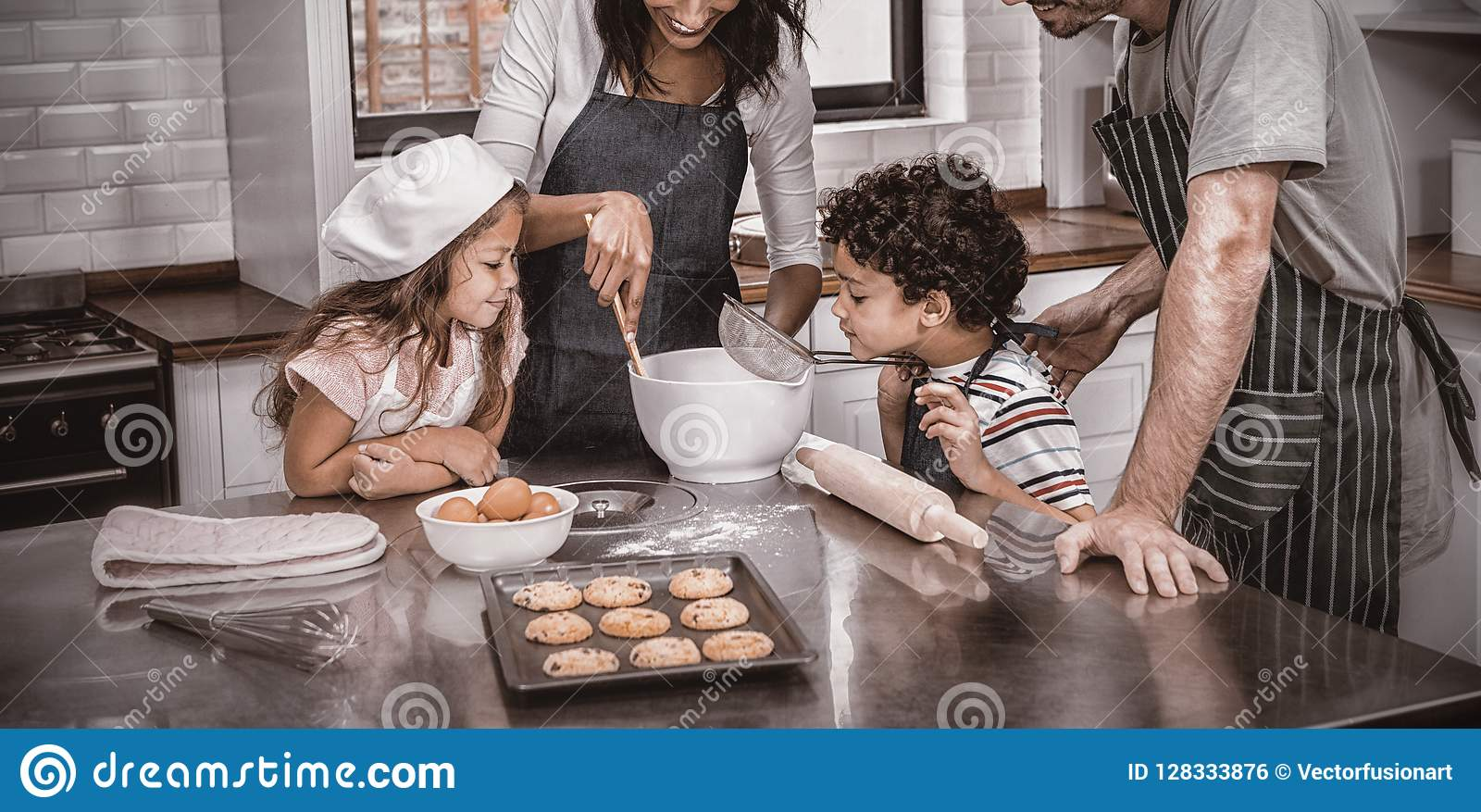 Família feliz que cozinha biscoitos junto