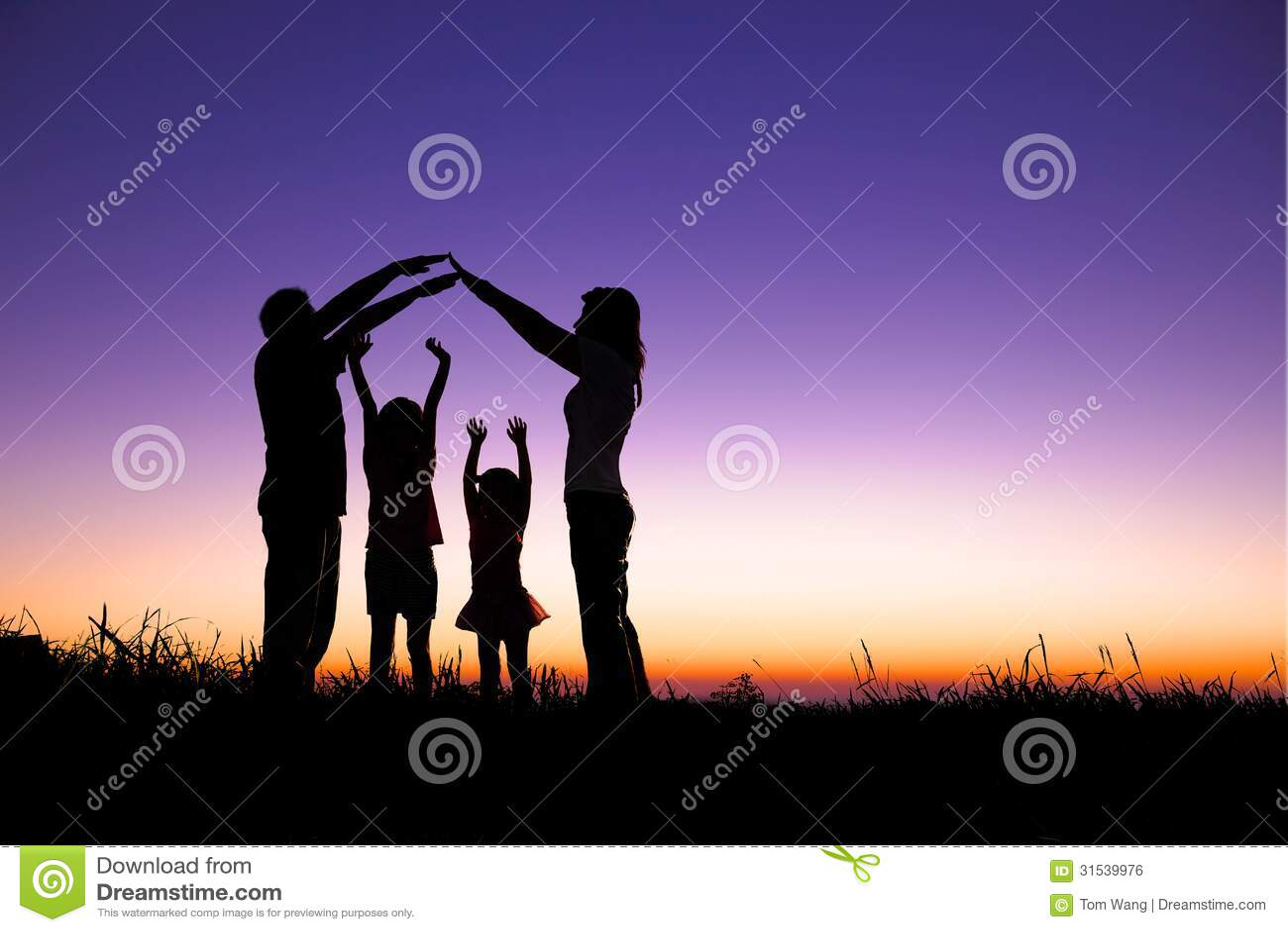 Família feliz que faz o sinal home