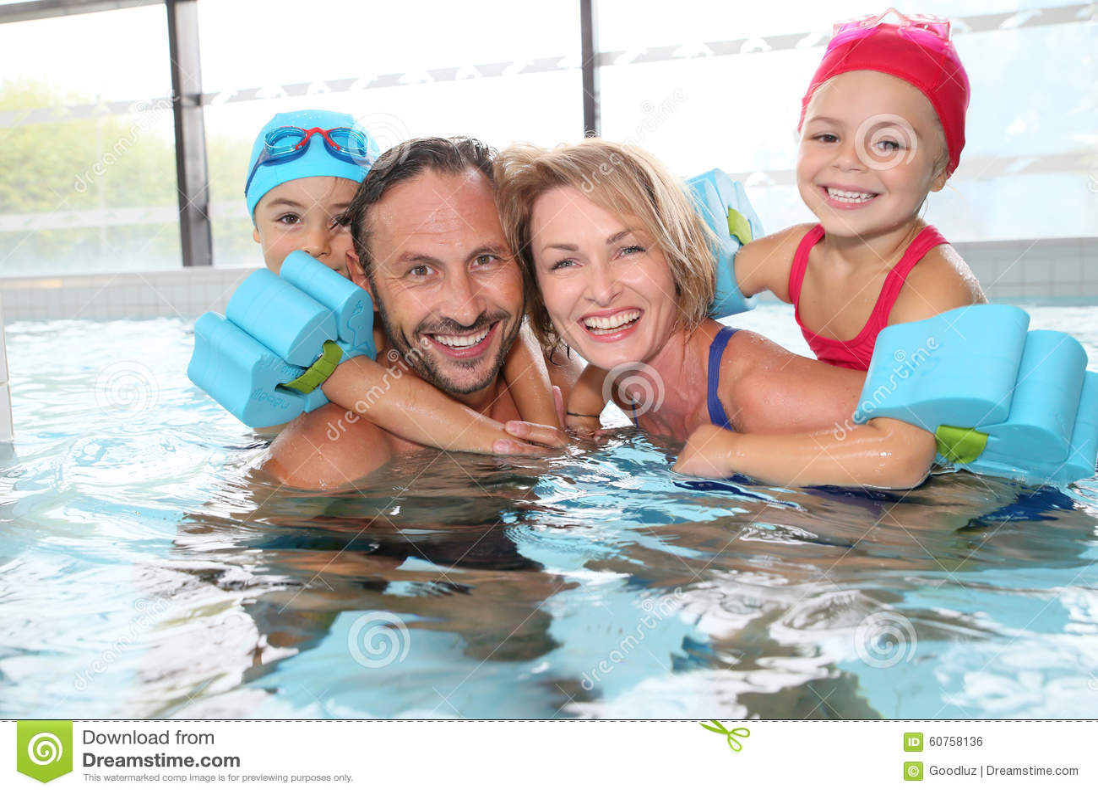 Família feliz que passa o bom tempo na associação