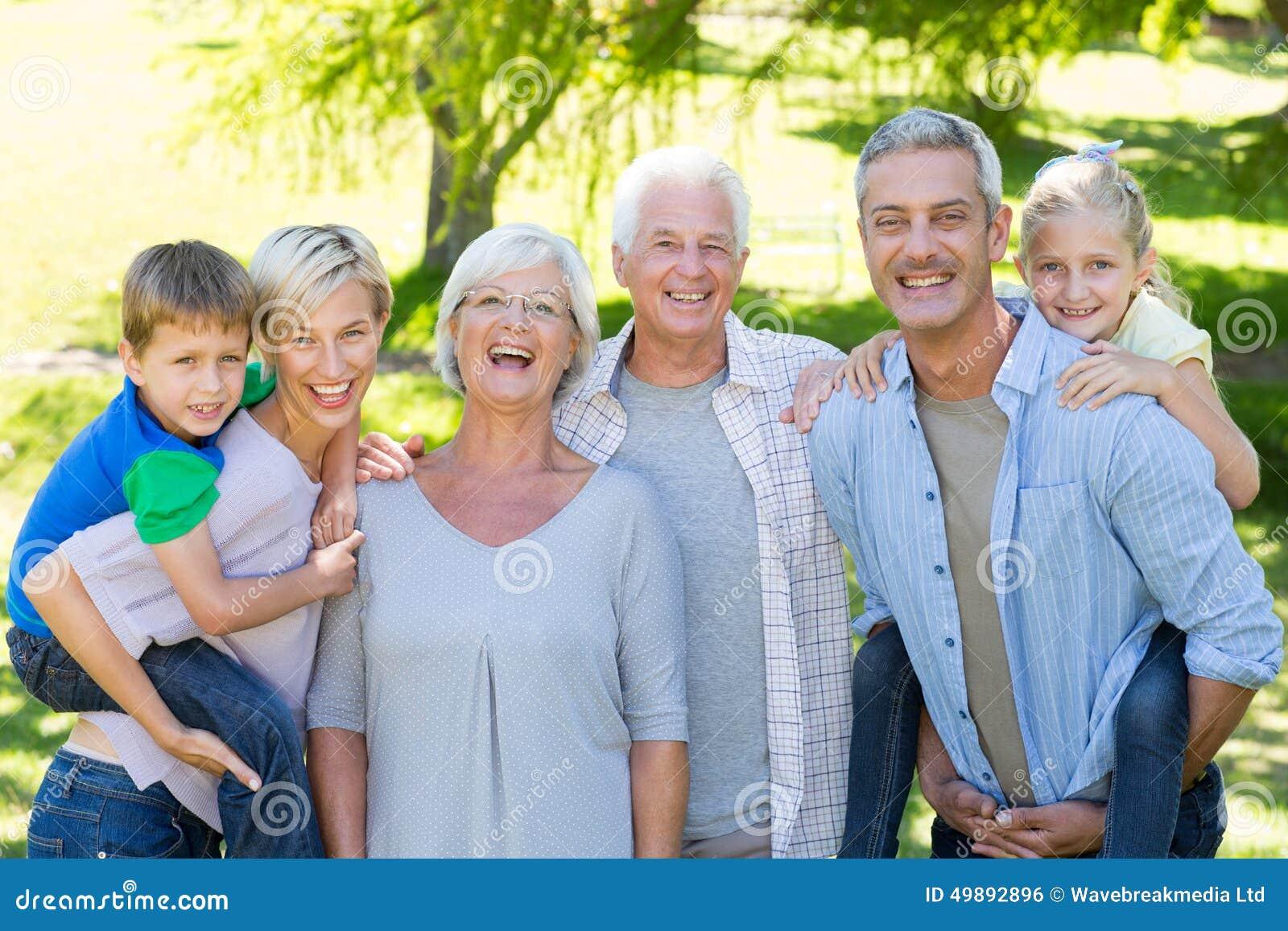 Família feliz que sorri na câmera