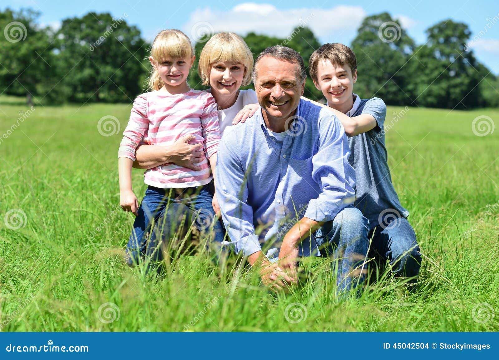Família feliz que tem o divertimento em fora