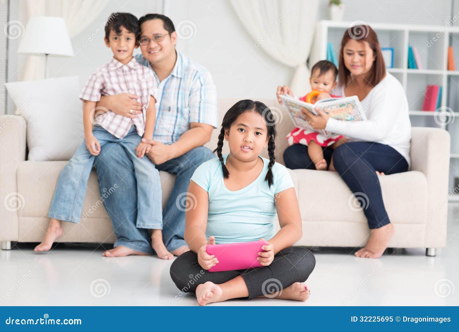 Download Família filipina feliz imagem de stock. Imagem de bebê - 32225695