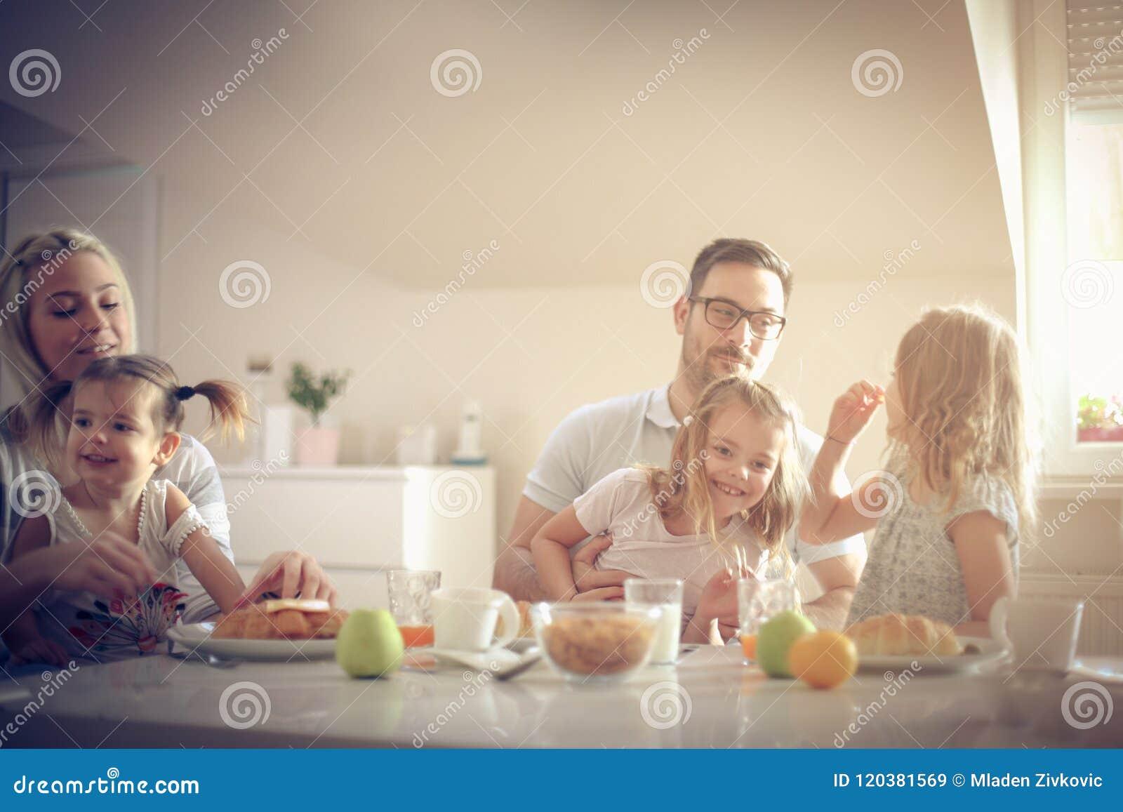 Família grande que come o café da manhã junto
