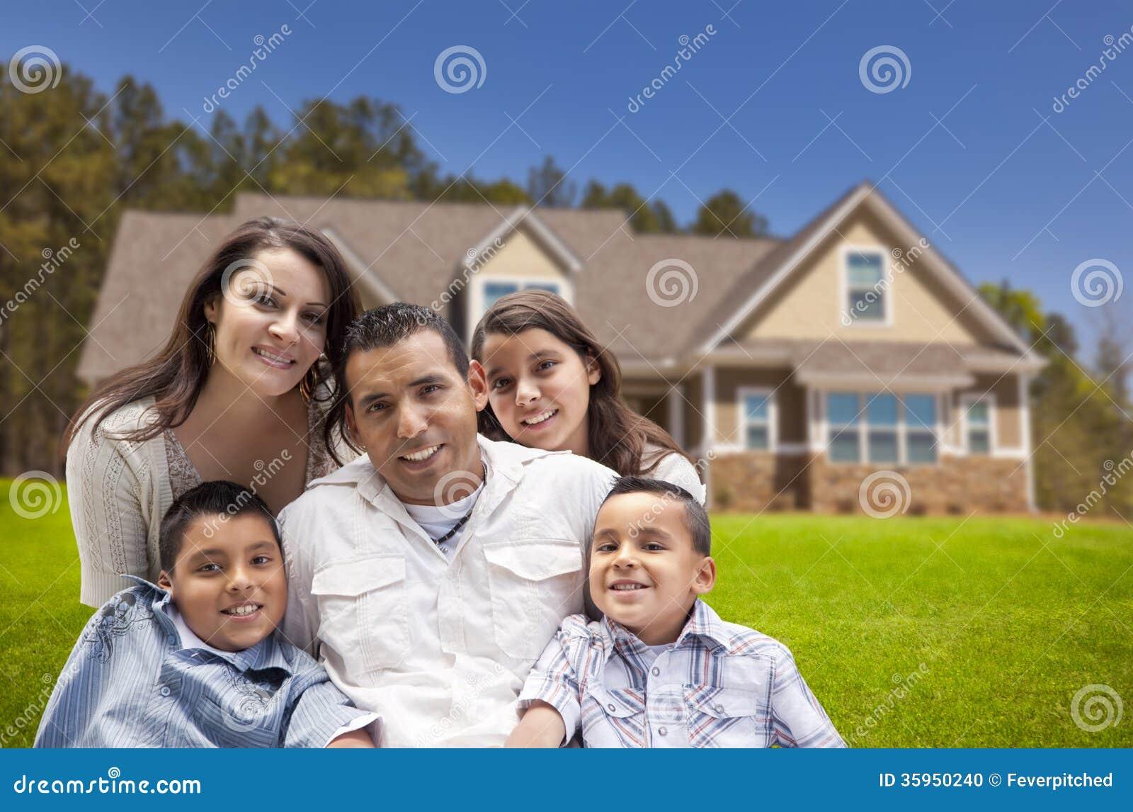 Família latino-americano nova na frente de sua casa nova