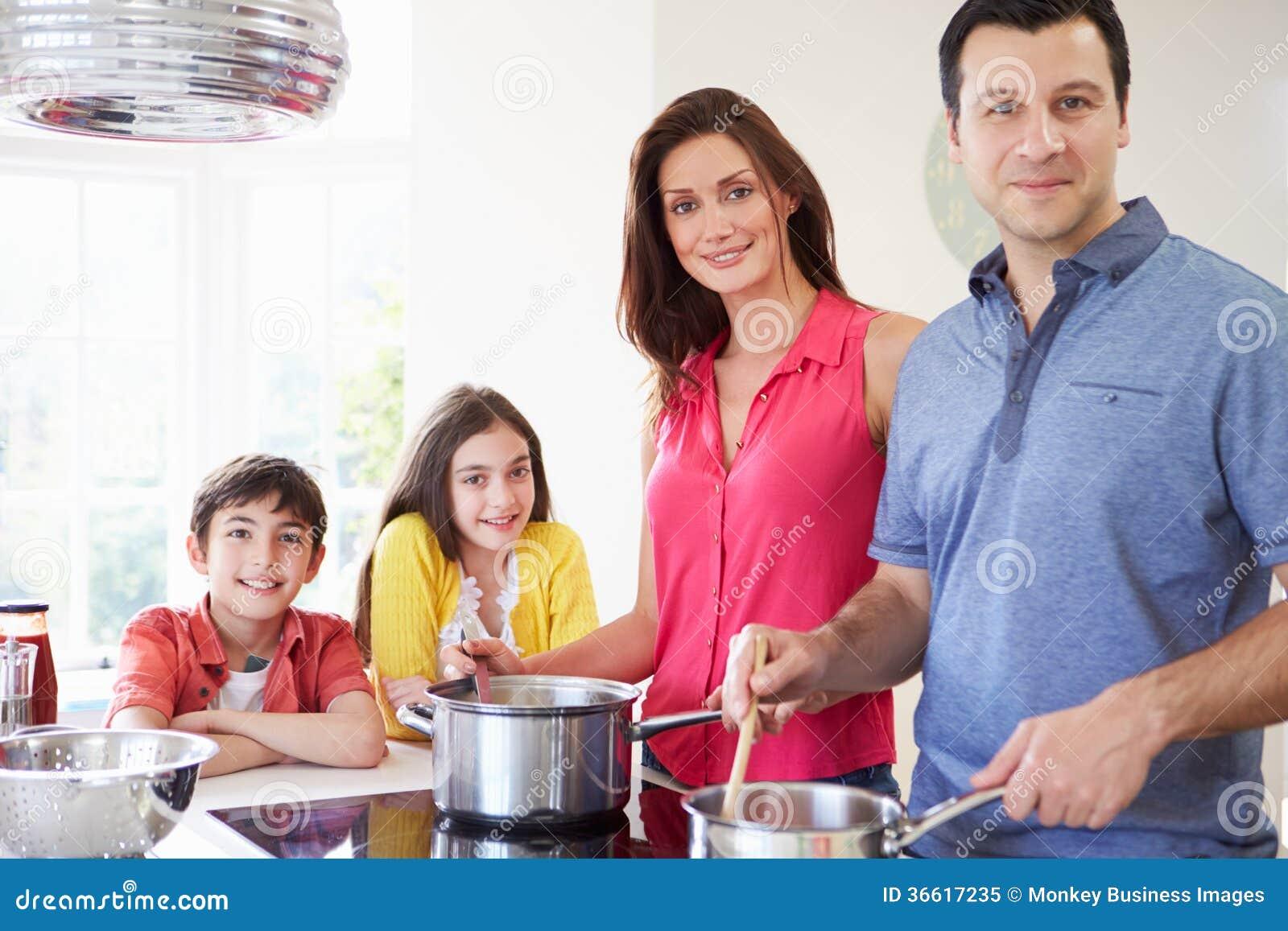 Família latino-americano que cozinha a refeição em casa