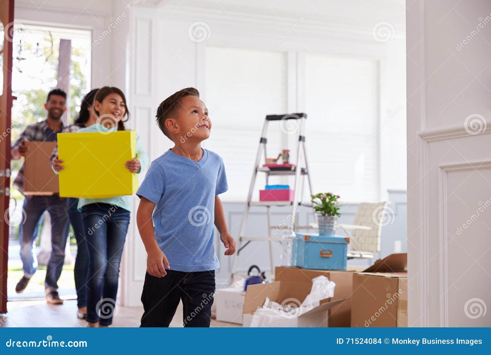 Família latino-americano que move-se na casa nova