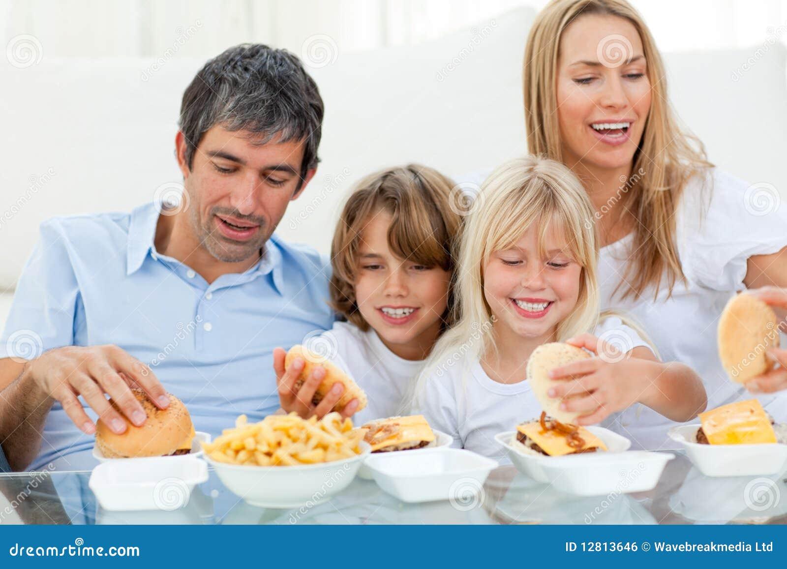 Família Loving que come Hamburger
