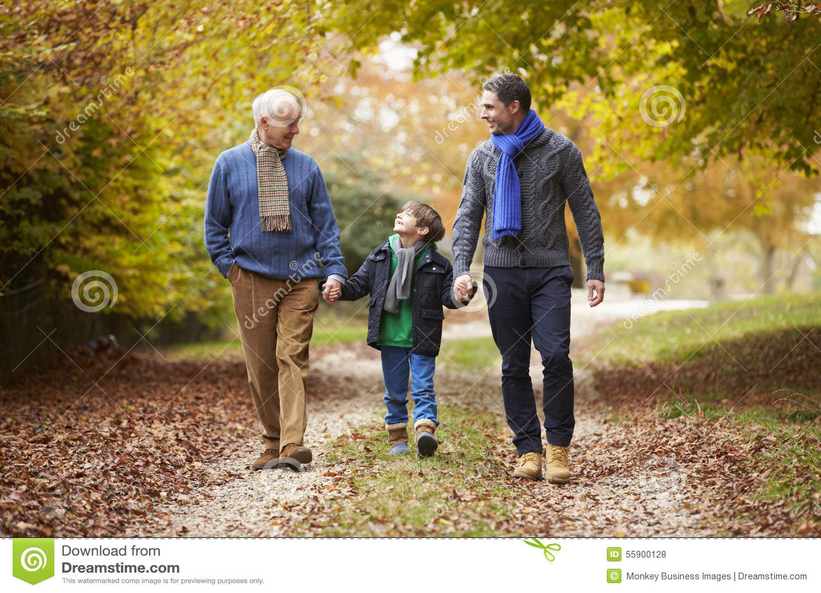 Família masculina da geração de Multl que anda ao longo de Autumn Path
