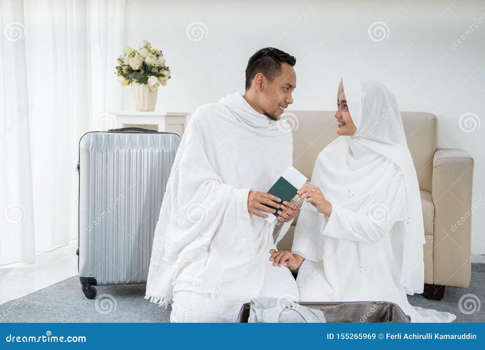 Família muçulmana que prepara a bagagem antes do Haj