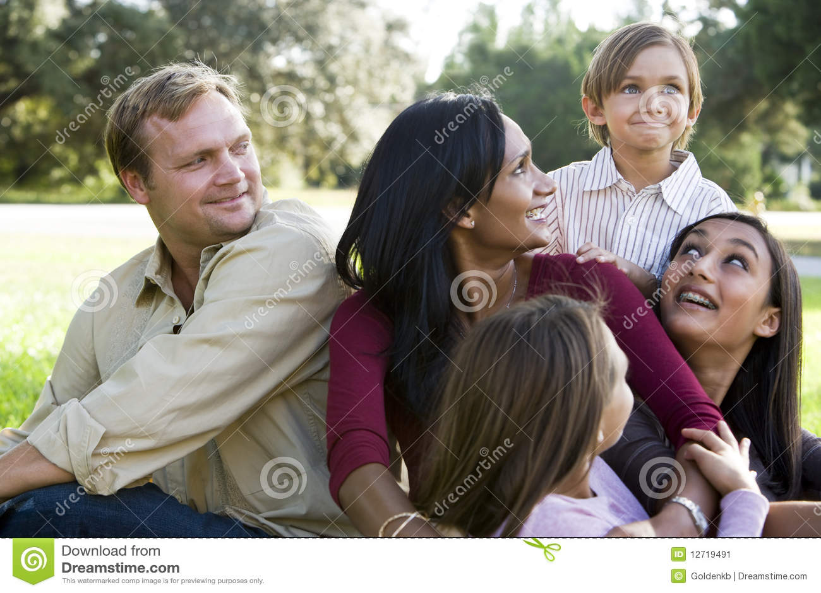 Família multicultural moderna feliz