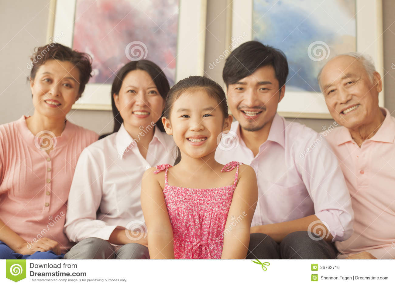 Família Multigenerational que sorri, retrato