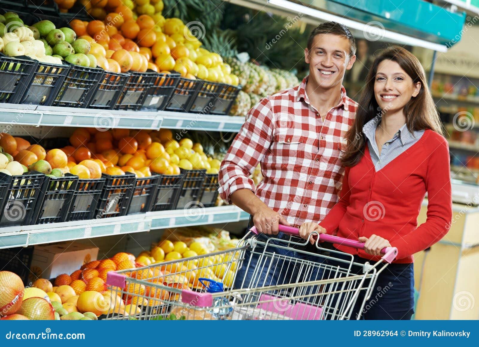 Família na compra de alimento no supermercado