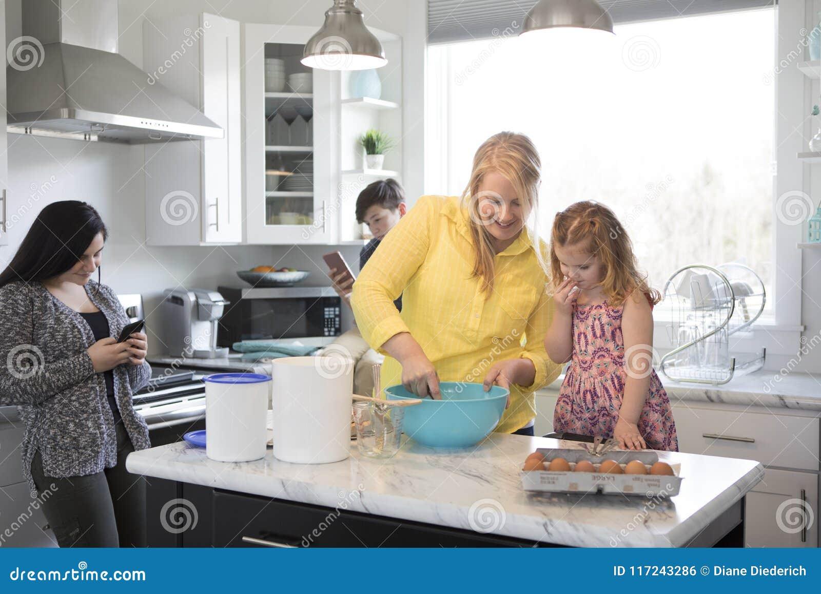 Família na cozinha junto