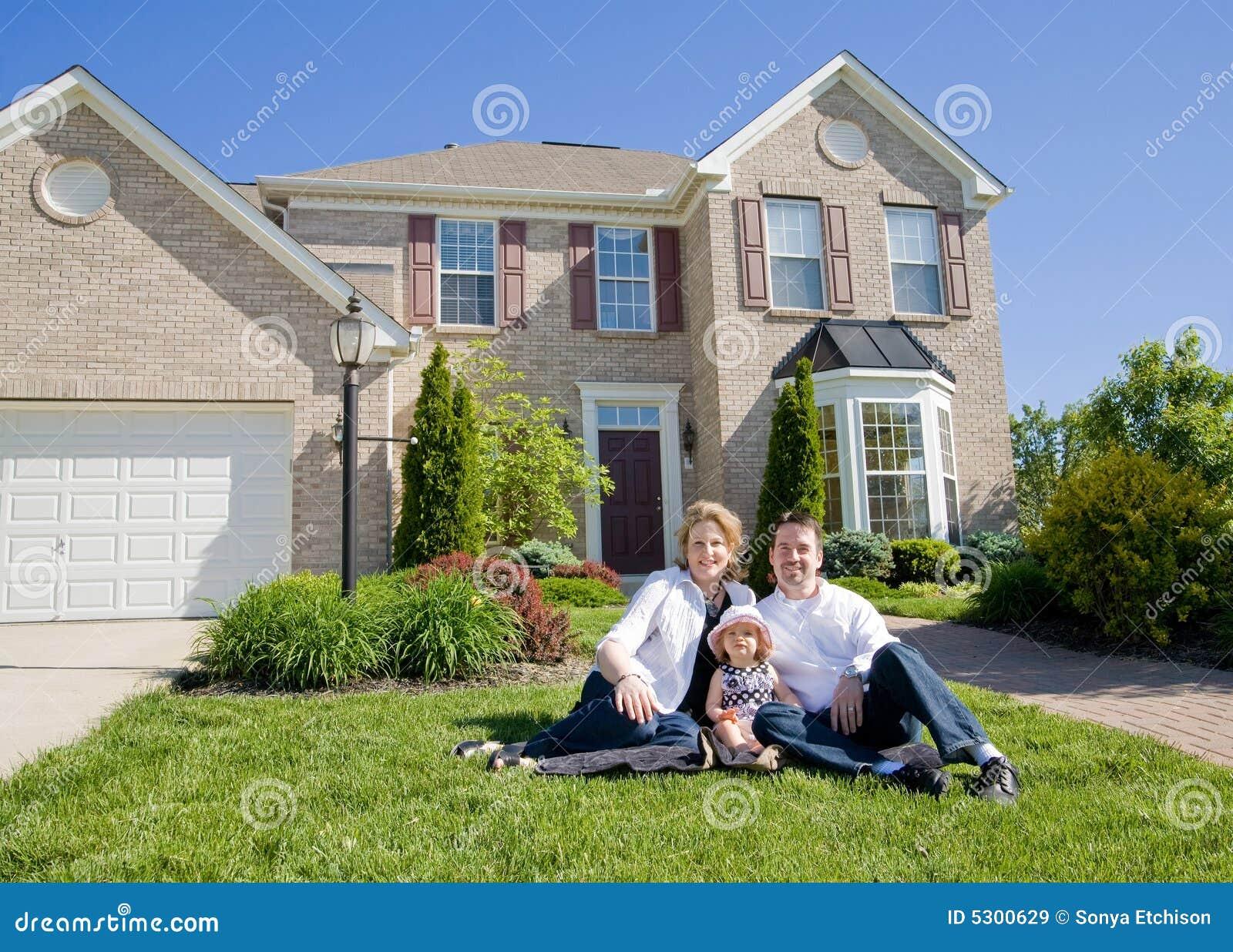 Família na frente da casa