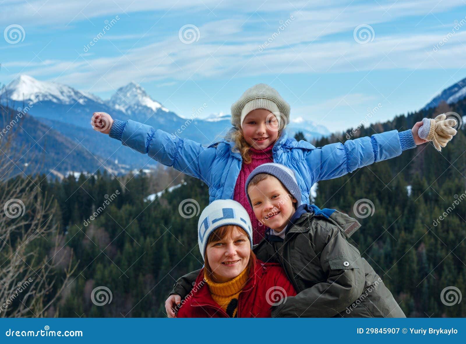 Paisagem da família e da montanha do inverno