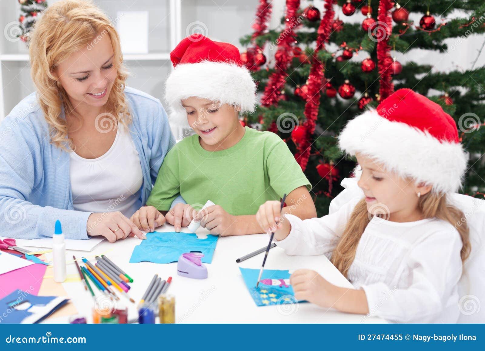 Família no tempo do Natal que faz cartões
