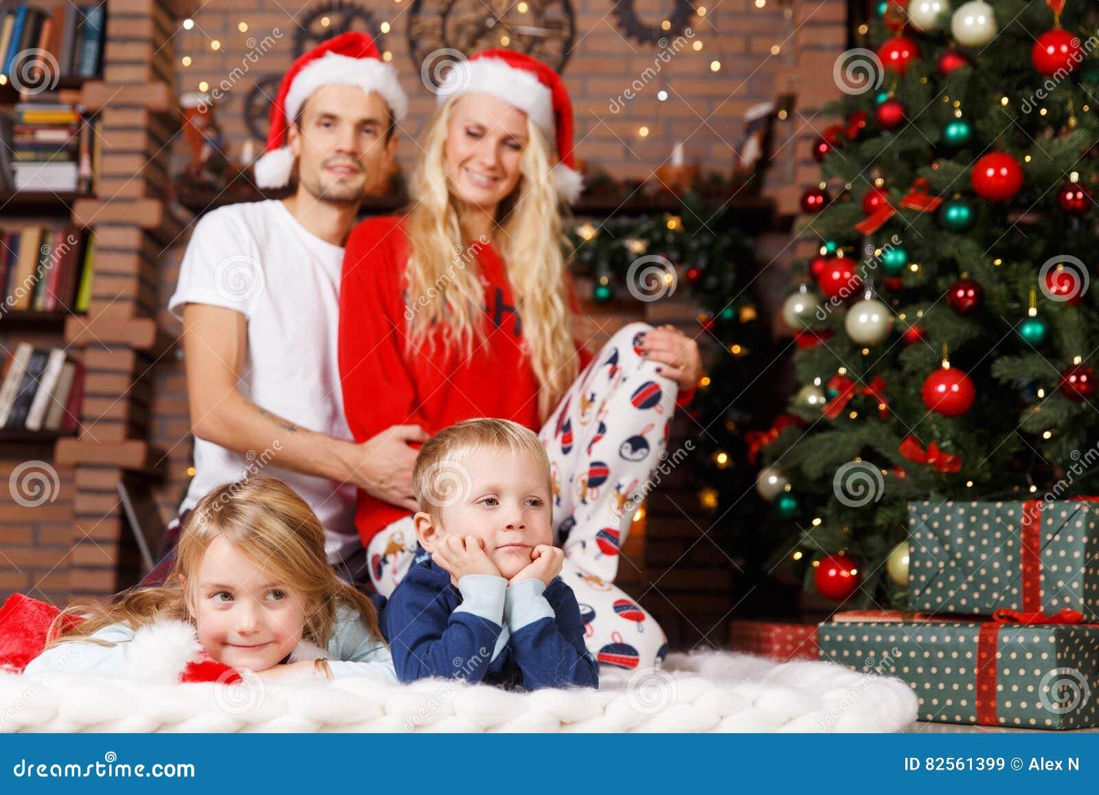 cd0ac66a0ad7fd Família Nos Pijamas No Natal Imagem de Stock - Imagem de tapete ...