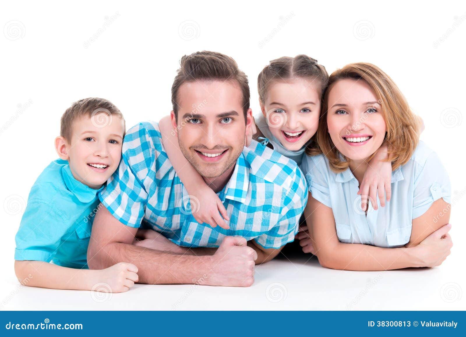 Família nova de sorriso feliz caucasiano com duas crianças