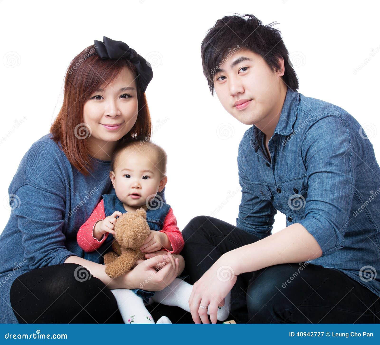Família nova feliz