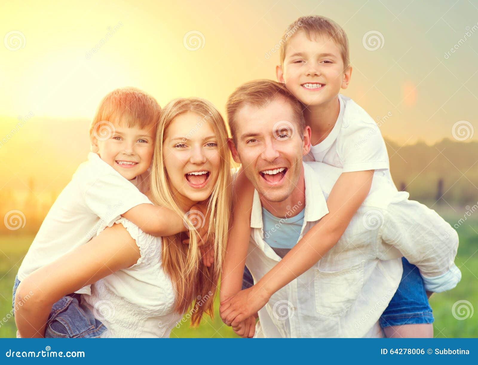 Família nova feliz com duas crianças