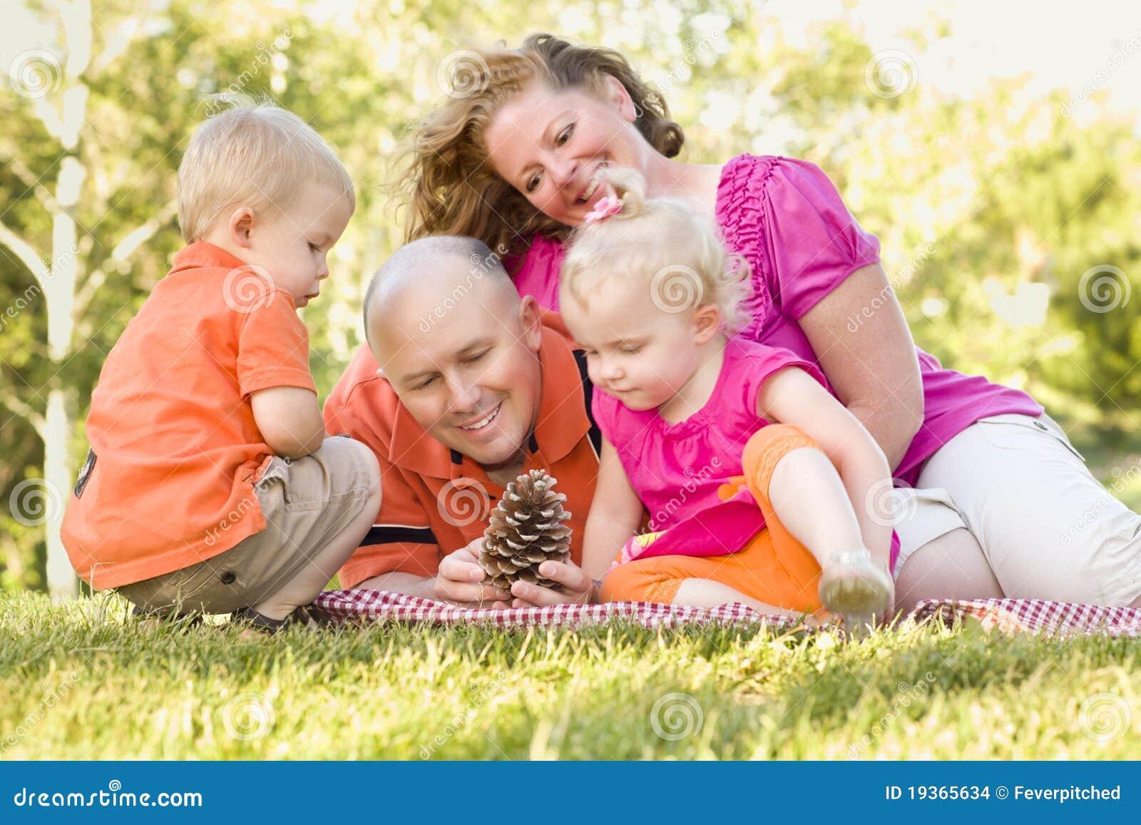 Família nova que aprecia o parque junto