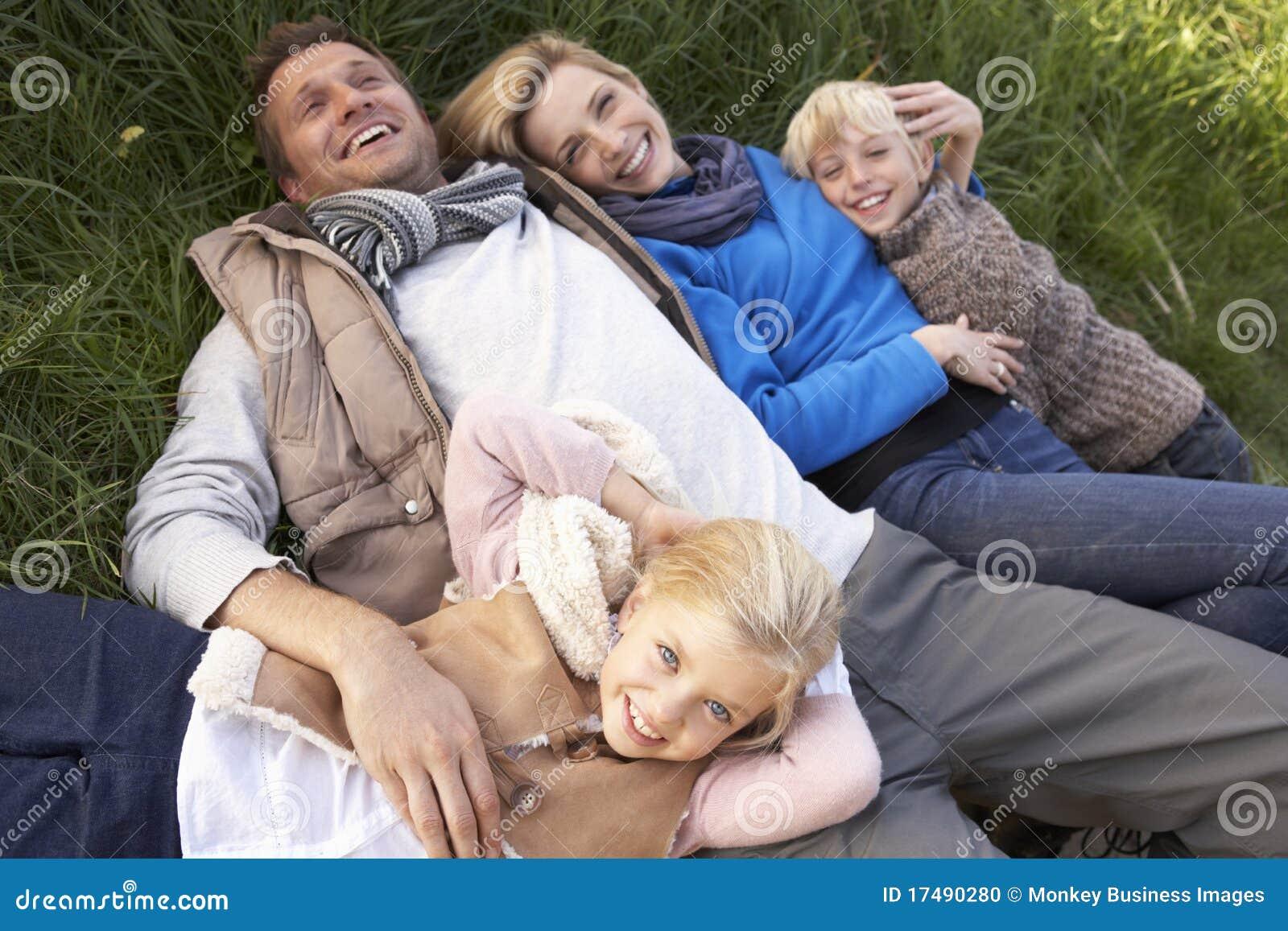 Família nova que encontra-se junto na grama