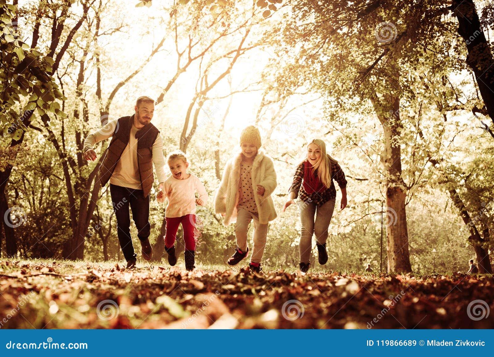 Família nova que joga no parque e no corredor junto