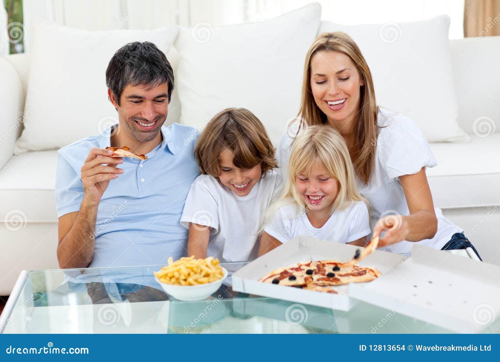 Família positiva que come pizzas