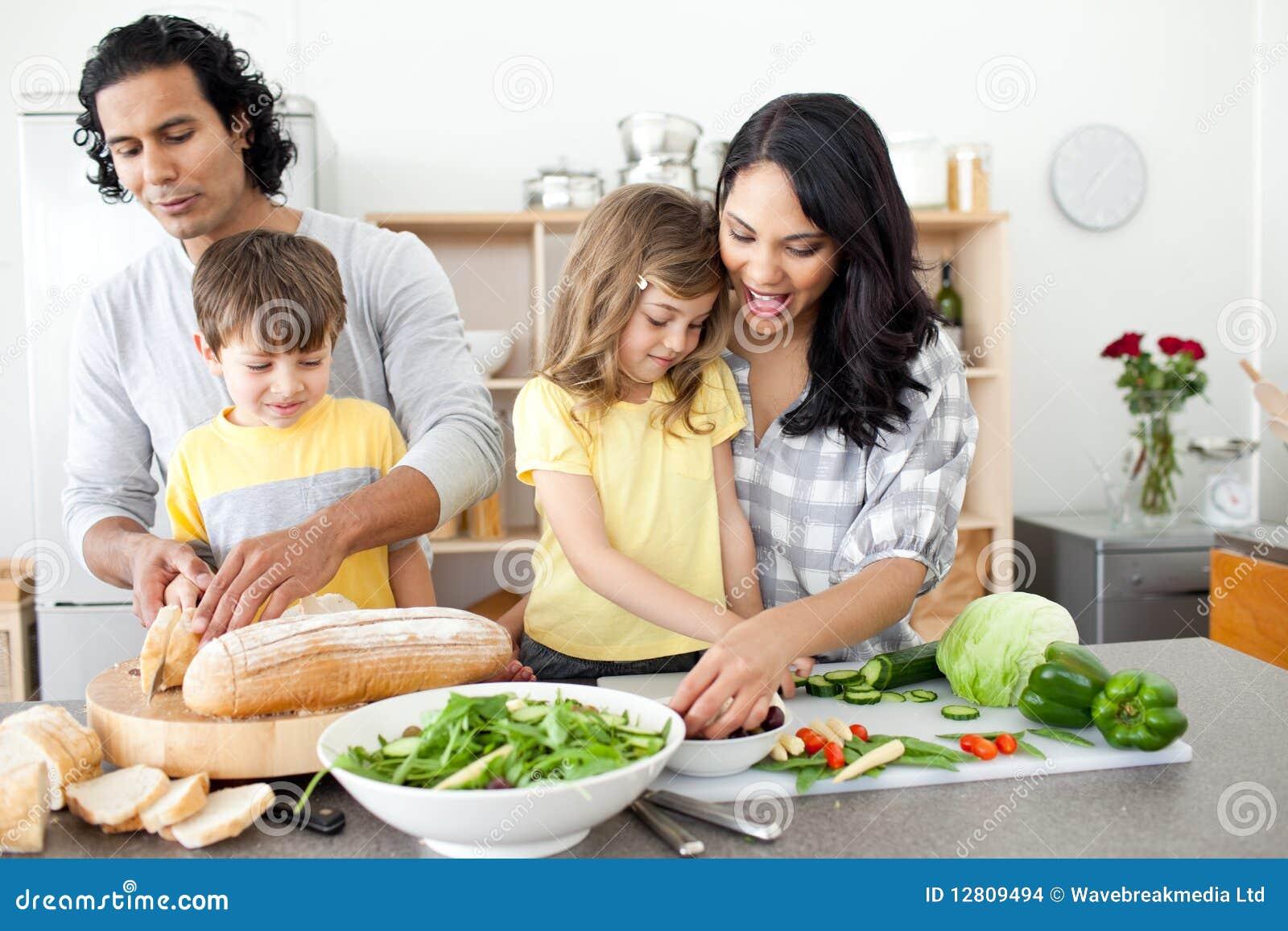 Família positiva que prepara o almoço junto